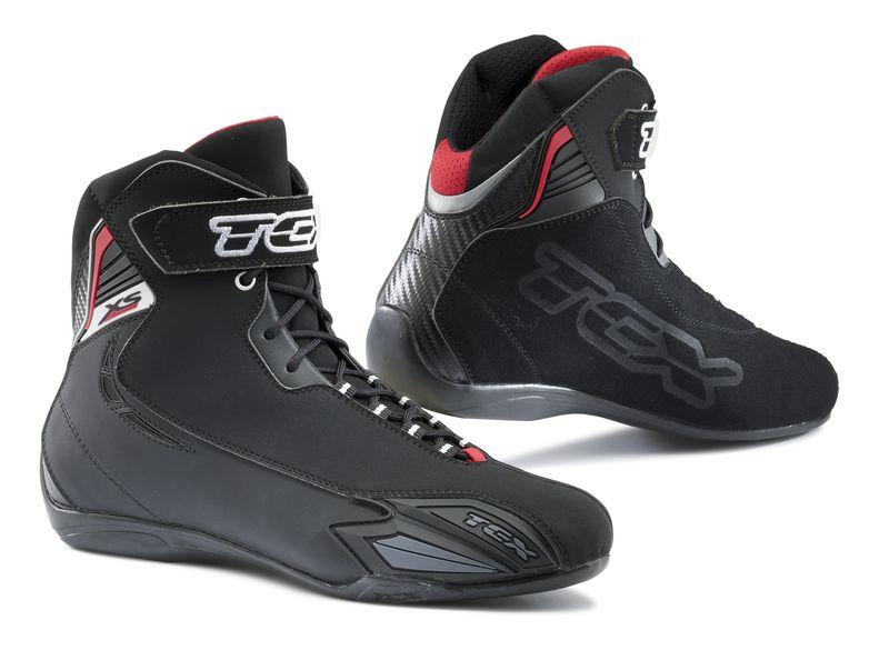 ... traghettato molti motociclisti verso l uso alternativo agli stivali di  sneakers con protezioni e4e0a2235e2