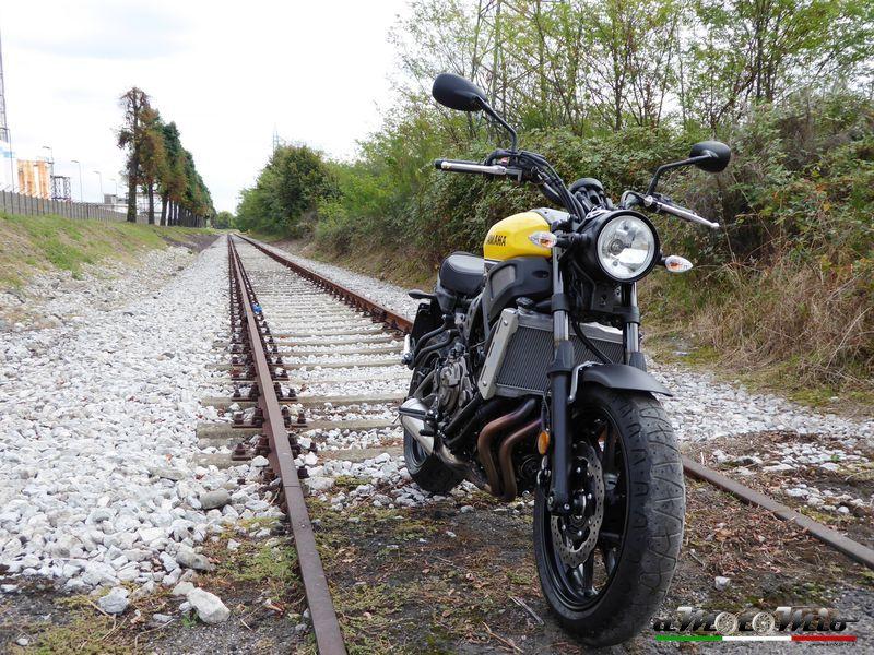Yamaha xsr 900 700 gemelle diverse opinione di amotomio - Due caratteri diversi prendon fuoco facilmente ...