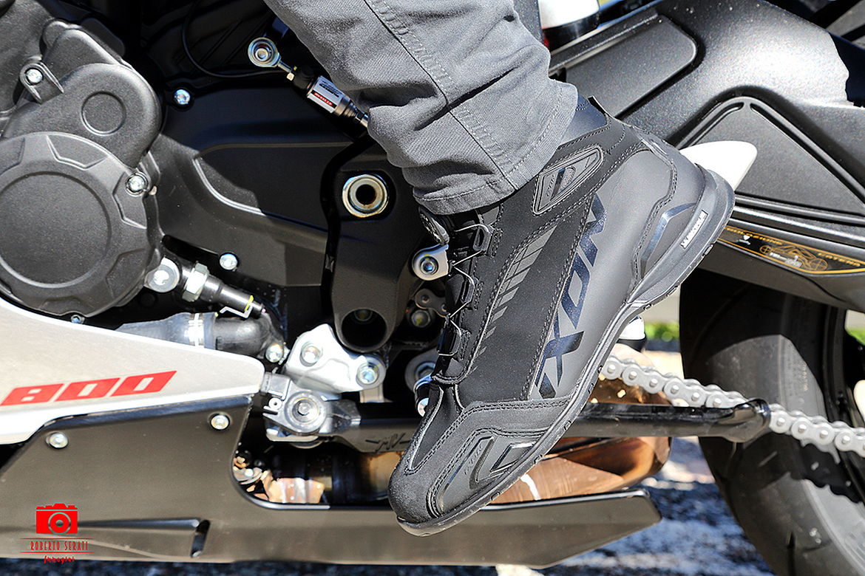 Test scarpe da moto Ixon Bull WP: tecnologiche e un po
