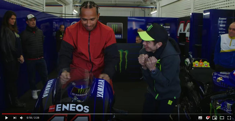 Lewis Hamilton e Valentino Rossi: lo scambio!